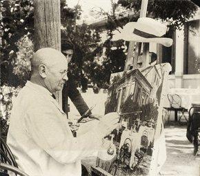 Il pittore Zahhrtmann fotografato mentre dipinge
